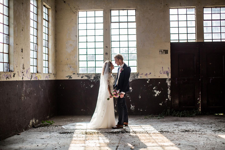 16-Oisterwijk-Leerfabriek-bruidsfotografie-trouwfotograaf