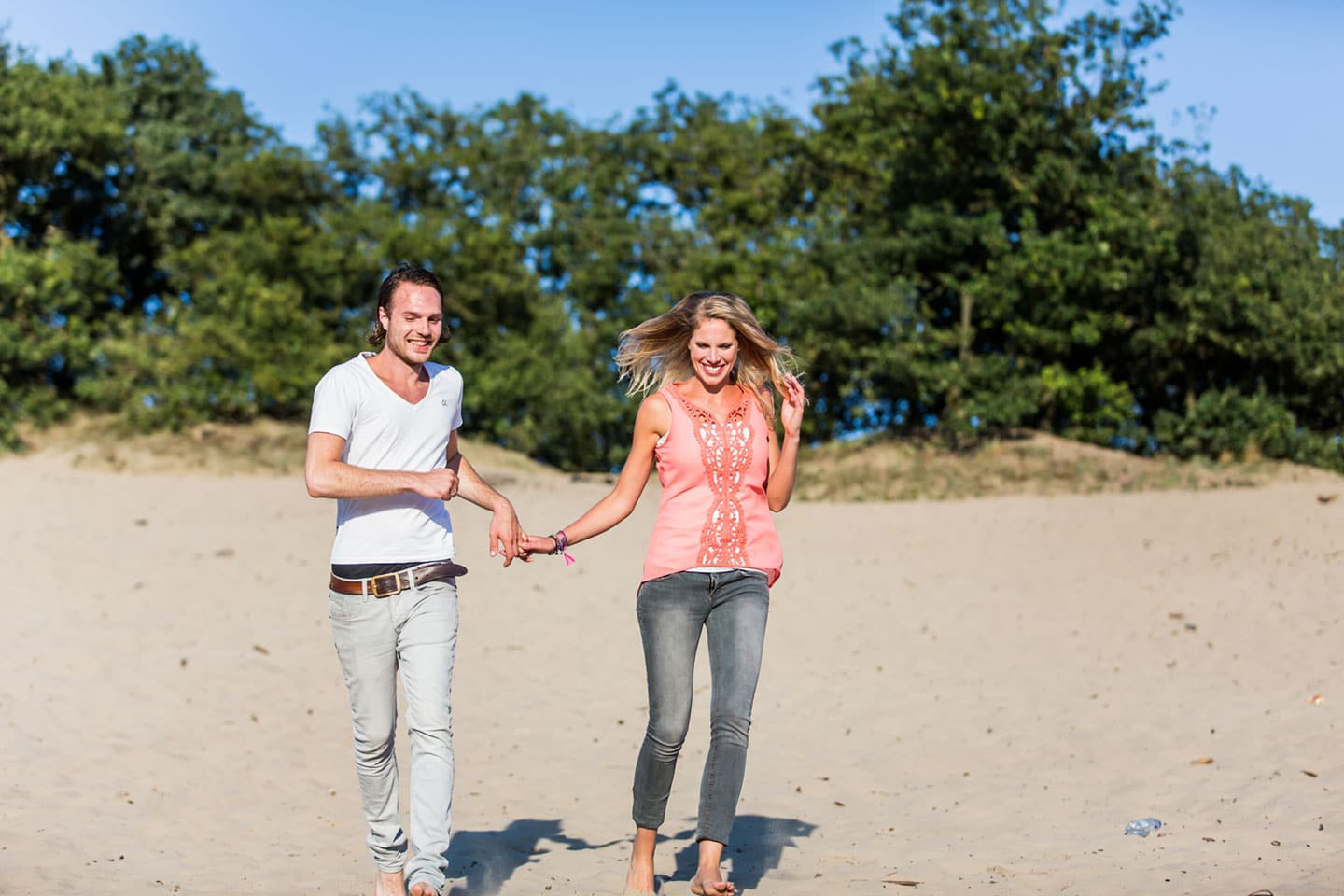 07-zand-duinen-love-shoot