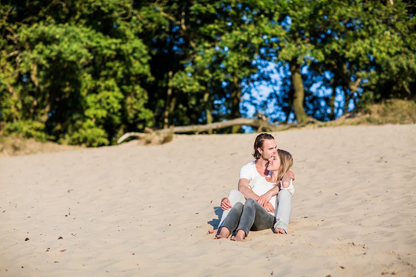 17-zand-duinen-love-shoot
