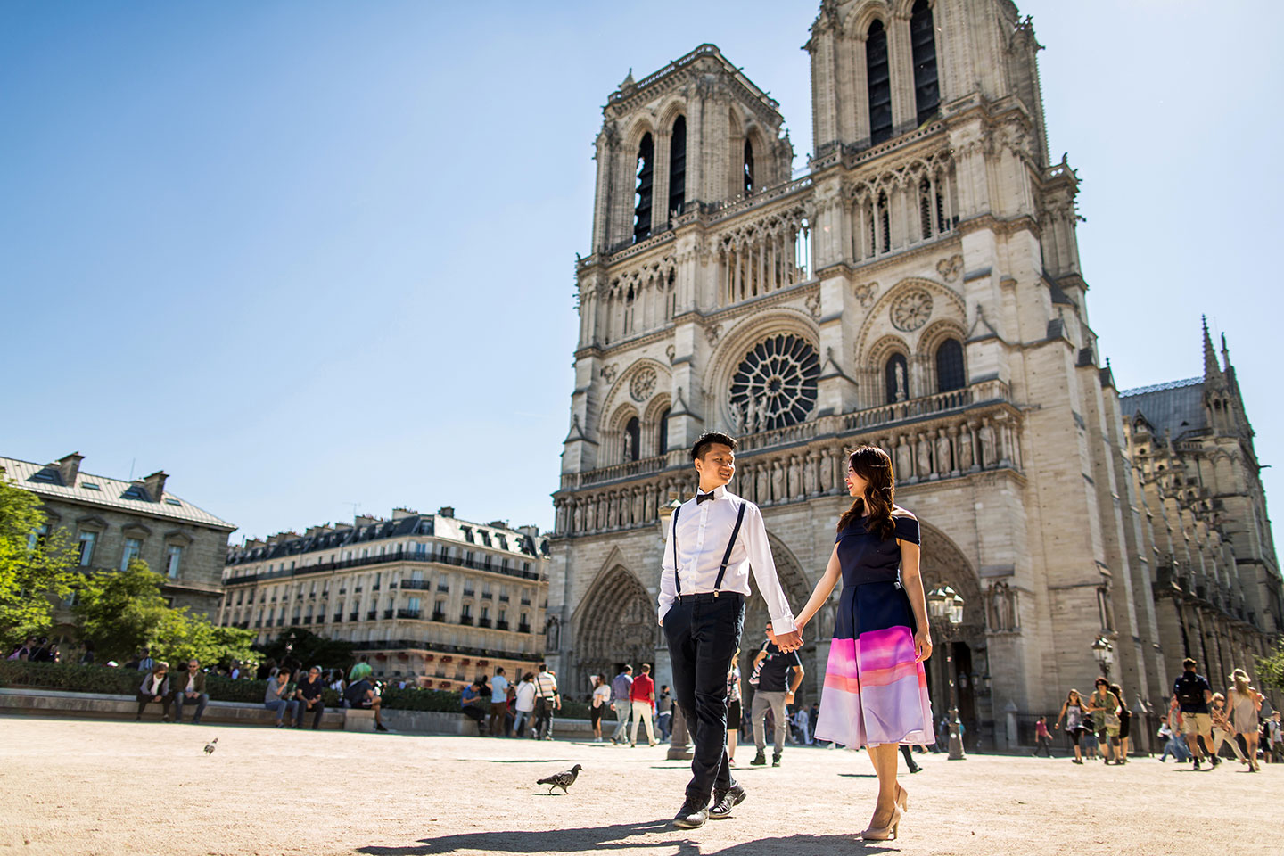 Paris pre wedding in front of the Notre Dame church