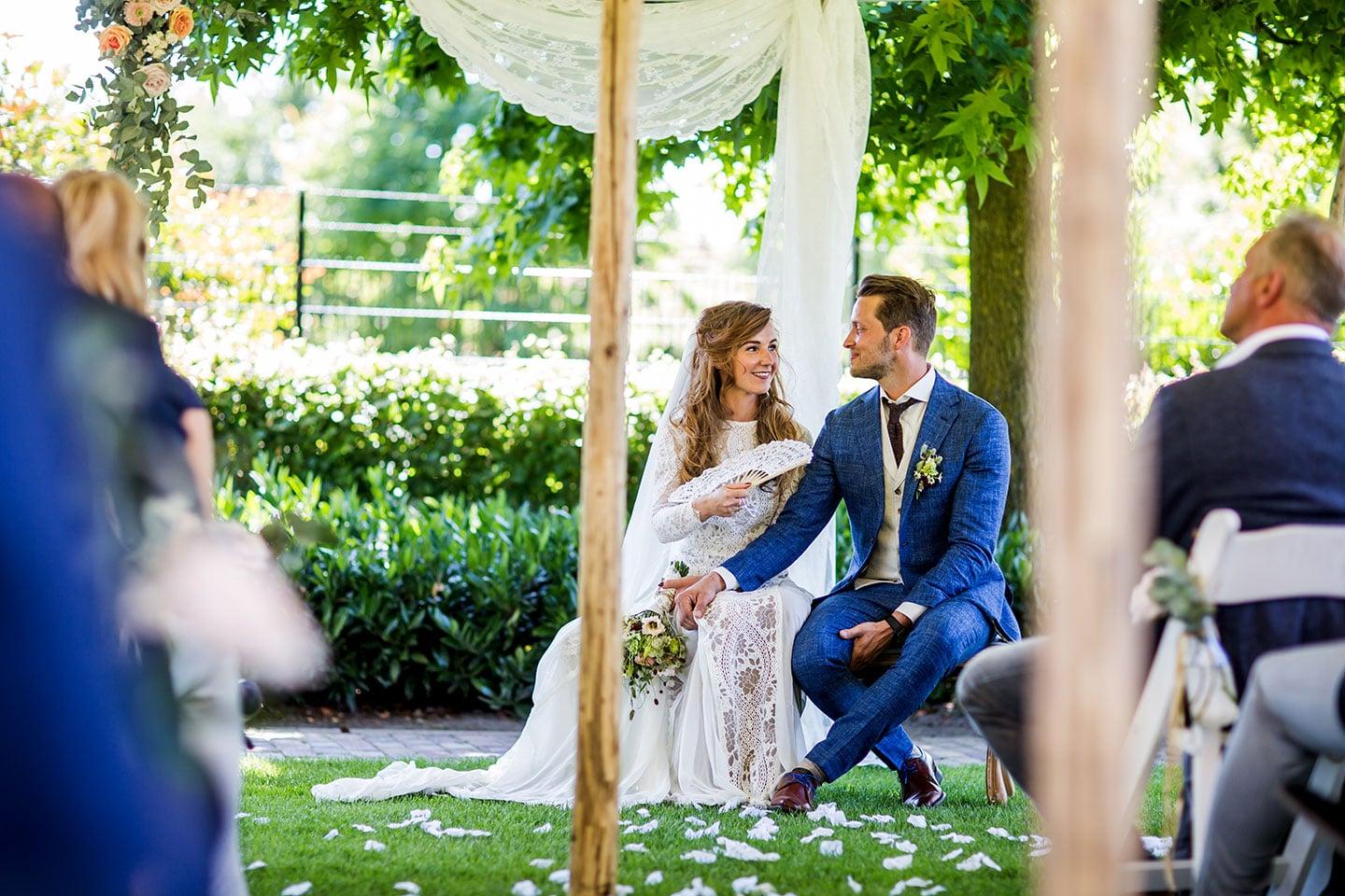 Thuis trouwen bruiloft tuin