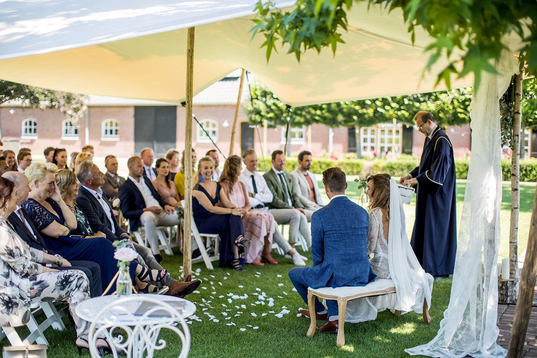Bruidsfotograaf trouwen in eigen tuin