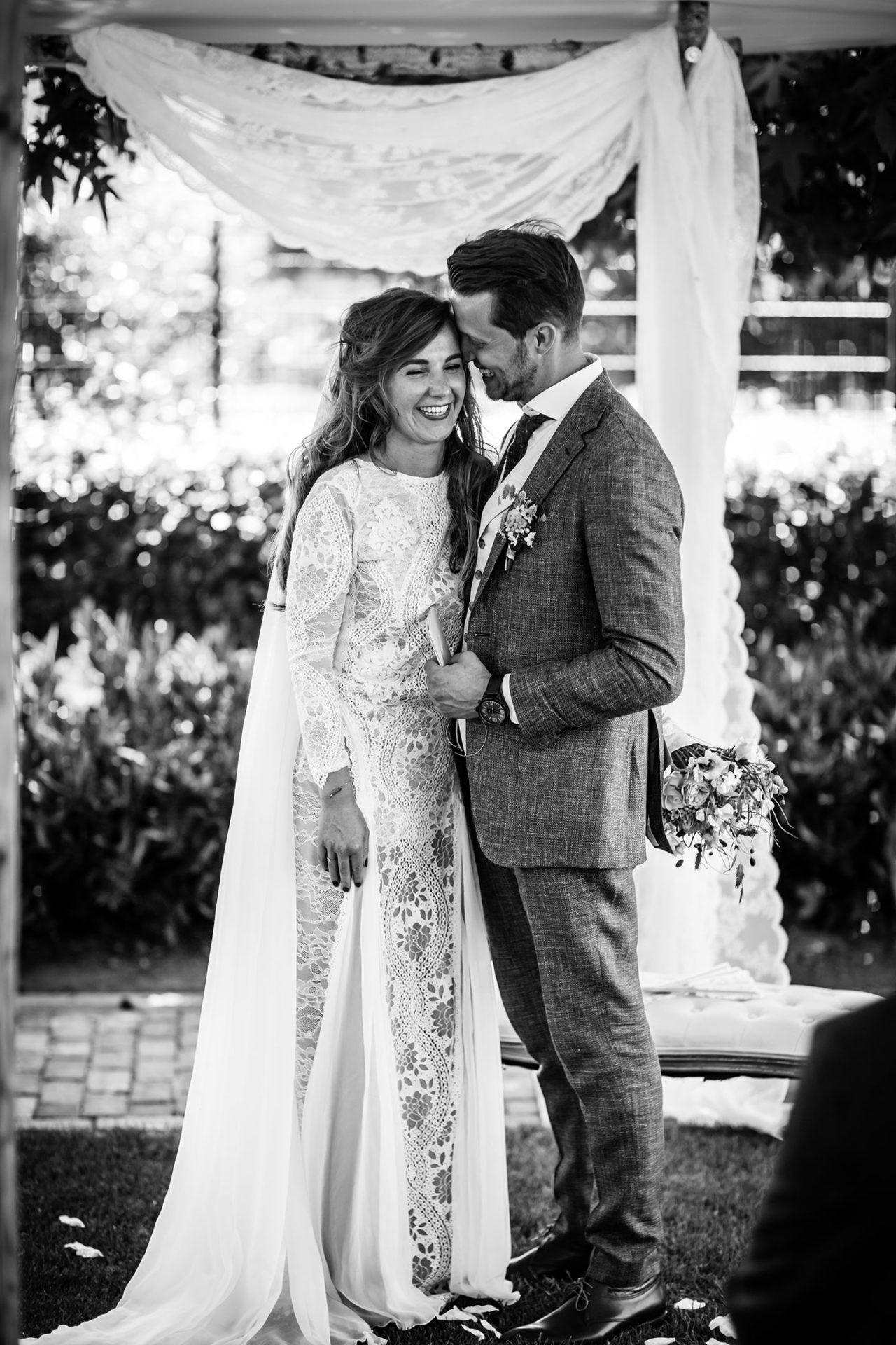 Bruidsfotograaf bruiloft in de achtertuin