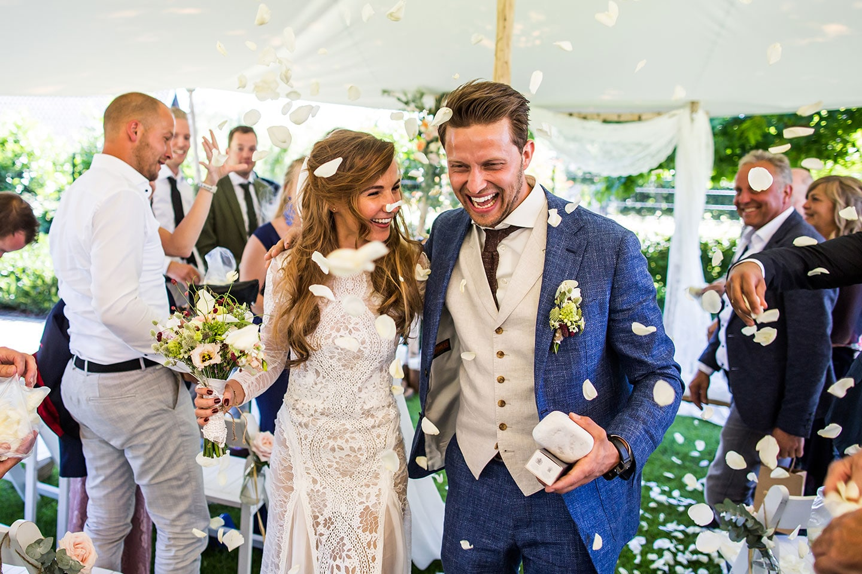 Ceremonie thuis trouwen in de tuin