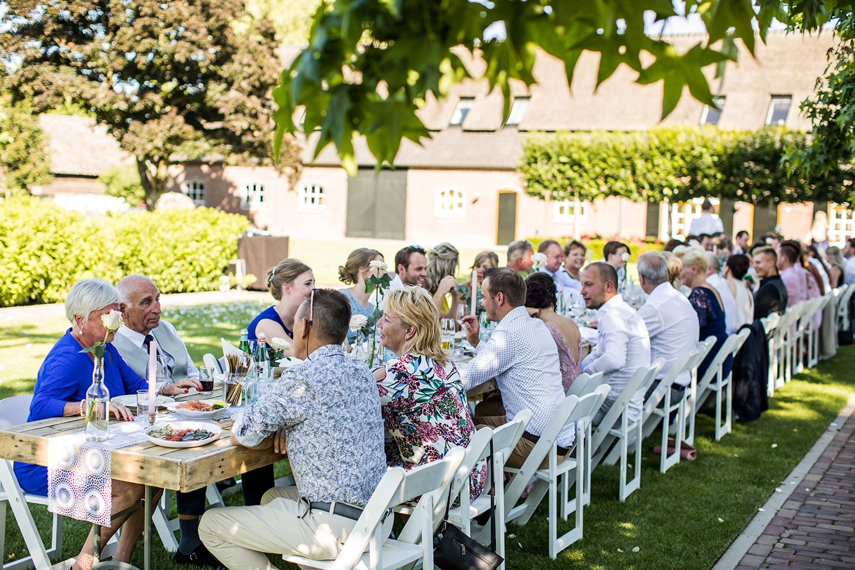 Bruidsdiner gasten bruiloft in tuin