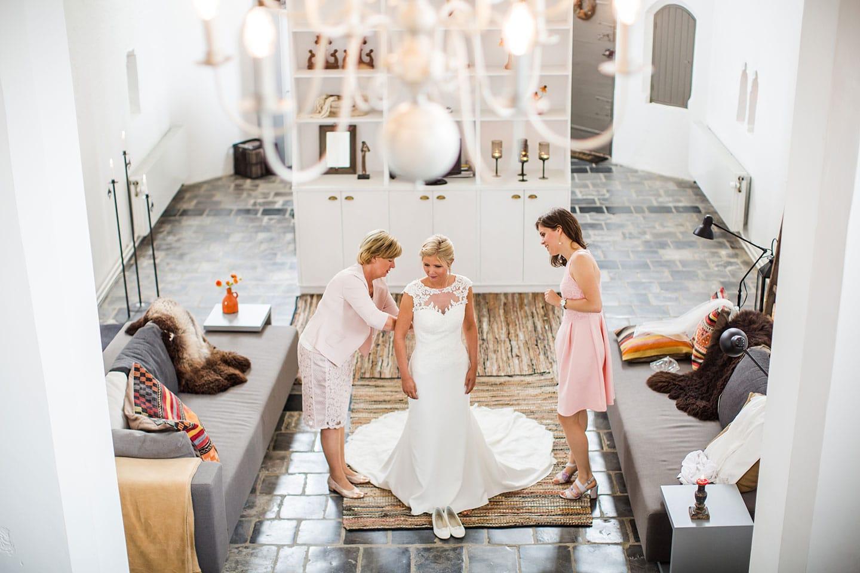 Bruid  met moeder en zus