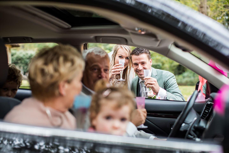 Corona drive through bruiloft
